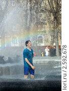 Молодой человек в фонтане, эксклюзивное фото № 2592678, снято 29 апреля 2011 г. (c) Татьяна Белова / Фотобанк Лори