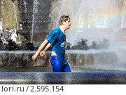 Молодой человек в фонтане, эксклюзивное фото № 2595154, снято 29 апреля 2011 г. (c) Татьяна Белова / Фотобанк Лори