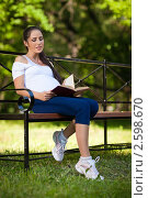 Купить «Молодая красивая беременная женщина читает книгу в парке», фото № 2598670, снято 6 июня 2011 г. (c) Мельников Дмитрий / Фотобанк Лори