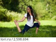 Купить «Активная беременная женщина делает спортивные упражнения в летнем парке. Забота о здоровье и беременность», фото № 2598694, снято 6 июня 2011 г. (c) Мельников Дмитрий / Фотобанк Лори