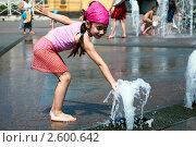 Купить «Девочка играет с фонтанной струей», фото № 2600642, снято 29 июля 2010 г. (c) Валерий Шилов / Фотобанк Лори