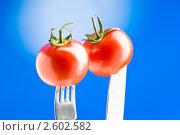 Купить «Спелые томаты на вилке и ноже», фото № 2602582, снято 30 мая 2010 г. (c) Elnur / Фотобанк Лори