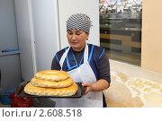 Купить «Женщина повар работает на кухне, делает восточные пирожки», эксклюзивное фото № 2608518, снято 11 декабря 2010 г. (c) Дмитрий Неумоин / Фотобанк Лори