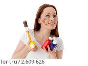 Купить «Молодая женщина с красками и кистью на белом фоне. Дизайнер интерьера.», фото № 2609626, снято 17 мая 2011 г. (c) Мельников Дмитрий / Фотобанк Лори