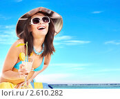 Купить «Девушка с коктейлем на пляже», фото № 2610282, снято 14 января 2011 г. (c) Gennadiy Poznyakov / Фотобанк Лори