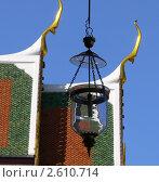 Стеклянный фонарь на фоне крыши тайского храма. Стоковое фото, фотограф Баранов Александр / Фотобанк Лори