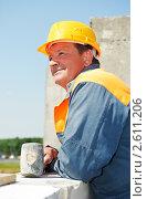 Купить «Рабочий-каменщик устанавливает силикатный кирпич», фото № 2611206, снято 12 декабря 2019 г. (c) Дмитрий Калиновский / Фотобанк Лори