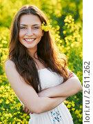 Купить «Девушка с цветами на летнем лугу», фото № 2611262, снято 16 июля 2018 г. (c) Дмитрий Калиновский / Фотобанк Лори