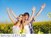 Молодая счастливая пара  на летнем лугу. Стоковое фото, фотограф Дмитрий Калиновский / Фотобанк Лори