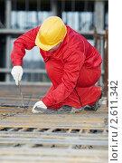 Купить «Строительный рабочий укладывает  арматуру», фото № 2611342, снято 25 июня 2019 г. (c) Дмитрий Калиновский / Фотобанк Лори