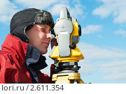 Купить «Мужчина с тахеометром», фото № 2611354, снято 20 мая 2019 г. (c) Дмитрий Калиновский / Фотобанк Лори