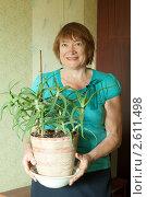 Купить «Пожилая женщина с цветком алоэ», фото № 2611498, снято 19 июня 2011 г. (c) Яков Филимонов / Фотобанк Лори