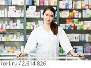 Купить «Фармацевт в аптеке», фото № 2614826, снято 10 декабря 2018 г. (c) Дмитрий Калиновский / Фотобанк Лори