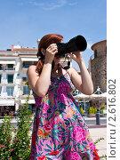 Молодая девушка фотографирует пейзаж. Стоковое фото, фотограф Иван Губанов / Фотобанк Лори