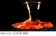 Купить «Арабский танец живота с саблей. Девушка ложится спиной на пол», видеоролик № 2616982, снято 19 октября 2010 г. (c) Гурьянов Андрей / Фотобанк Лори