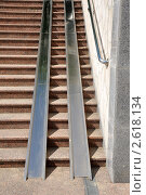 Купить «Пандус для инвалидов-колясочников и детских колясок в подземном переходе», фото № 2618134, снято 25 июня 2011 г. (c) Анна Мартынова / Фотобанк Лори