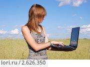 Купить «Юная девочка стоит в поле с ноутбуком», фото № 2626350, снято 17 июня 2011 г. (c) Павел Кричевцов / Фотобанк Лори