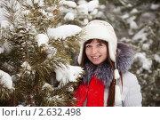 Купить «Женщина зимой возле ели», фото № 2632498, снято 27 января 2011 г. (c) Яков Филимонов / Фотобанк Лори