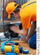 Купить «Ремонт холодильной установки», фото № 2633806, снято 18 августа 2019 г. (c) Дмитрий Калиновский / Фотобанк Лори