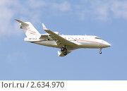 """Самолет Challenger 601-3R авиакомпании """"Лукойл-Авиа"""" заходит на посадку (2011 год). Редакционное фото, фотограф Николай Винокуров / Фотобанк Лори"""