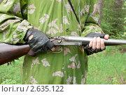 Купить «Старое ружье в руках охотника», фото № 2635122, снято 24 июня 2011 г. (c) Александр Романов / Фотобанк Лори