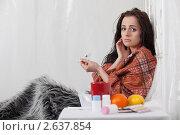 Купить «Больная несчастная молодая женщина лежит в кровати дома», фото № 2637854, снято 4 августа 2018 г. (c) Мельников Дмитрий / Фотобанк Лори