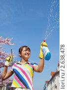 Купить «Девушка с инструментами для мытья стекол», фото № 2638478, снято 4 июля 2020 г. (c) Маргарита Бородина / Фотобанк Лори