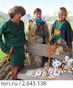 Купить «Юноша и девушки торгуют средневековыми вещами», фото № 2643138, снято 2 июля 2011 г. (c) Анатолий Матвейчук / Фотобанк Лори