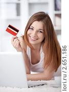 Купить «Девушка с ноутбуком и кредитной картой», фото № 2651186, снято 13 мая 2011 г. (c) Raev Denis / Фотобанк Лори