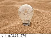 Лампочка в песке. Стоковое фото, фотограф Сергей Жинко / Фотобанк Лори