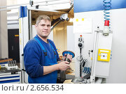 Купить «Оператор цеха станков с ЧПУ», фото № 2656534, снято 26 мая 2018 г. (c) Дмитрий Калиновский / Фотобанк Лори