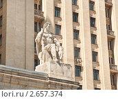 Купить «Угловая скульптура фасада высотки на Кудринской площади. Солдат с автоматом», эксклюзивное фото № 2657374, снято 11 июля 2011 г. (c) Алёшина Оксана / Фотобанк Лори