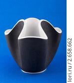 Черная ваза на синем фоне. Стоковое фото, фотограф Михаил Голубев / Фотобанк Лори