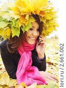 Купить «Девушка с кленовыми листьями говорит по мобильному телефону», фото № 2661002, снято 16 октября 2010 г. (c) Юлия Маливанчук / Фотобанк Лори