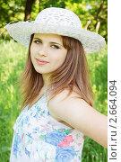 Купить «Девушка в шляпке в летнем парке», фото № 2664094, снято 18 мая 2011 г. (c) Юлия Маливанчук / Фотобанк Лори