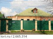 Купить «Сельский дом за высоким забором», эксклюзивное фото № 2665314, снято 10 июля 2011 г. (c) Щеголева Ольга / Фотобанк Лори