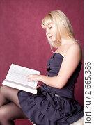 Девушка на стуле читает книгу. Стоковое фото, фотограф Шарипова Лилия / Фотобанк Лори