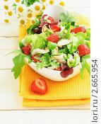 Купить «Легкий салат с клубникой и курицей», фото № 2665954, снято 30 июня 2011 г. (c) Светлана Зарецкая / Фотобанк Лори