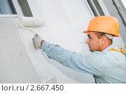 Купить «Рабочий красит стену», фото № 2667450, снято 19 июля 2018 г. (c) Дмитрий Калиновский / Фотобанк Лори