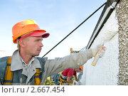 Купить «Рабочие красят стену», фото № 2667454, снято 19 июля 2018 г. (c) Дмитрий Калиновский / Фотобанк Лори