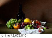 Натюрморт с бутылкой вина и фруктами. Стоковое фото, фотограф Julia Ovchinnikova / Фотобанк Лори