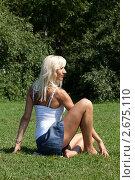 Купить «Девушка выполняет гимнастическое упражнения на траве», фото № 2675110, снято 21 июля 2011 г. (c) Михаил Иванов / Фотобанк Лори