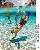 Купить «Тинейджер в бассейне», фото № 2688562, снято 20 июля 2018 г. (c) Андрей Армягов / Фотобанк Лори