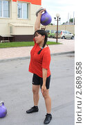 Купить «Девушка толкает гирю!», фото № 2689858, снято 25 июня 2011 г. (c) Анатолий Матвейчук / Фотобанк Лори