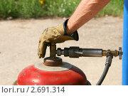 Купить «Заправка газом (пропаном) 50-литрового баллона», эксклюзивное фото № 2691314, снято 30 июля 2011 г. (c) Щеголева Ольга / Фотобанк Лори