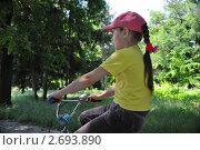 Девочка в парке катается на велосипеде. Стоковое фото, фотограф Дарина Бабий / Фотобанк Лори