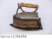 Старинный угольный утюг стоит на подставке. Стоковое фото, фотограф Дядченко Ольга / Фотобанк Лори