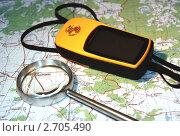 Спутниковый GPS-навигатор, атлас и увеличительная лупа (2011 год). Редакционное фото, фотограф Павел Красихин / Фотобанк Лори