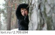 Женщина в зимнем лесу. Стоковое видео, видеограф ILLYCH / Фотобанк Лори