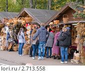 Купить «Туристы покупают сувениры», фото № 2713558, снято 4 июня 2020 г. (c) Окапи Вячеслав / Фотобанк Лори